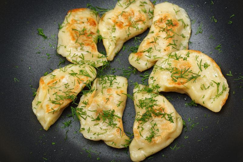 新鲜的莳萝和油滴煎饺子