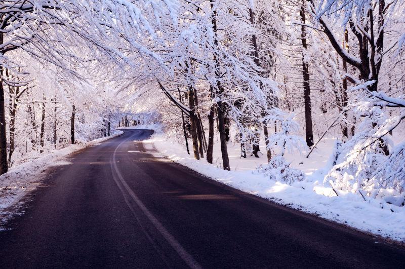 冬季的雪景道路