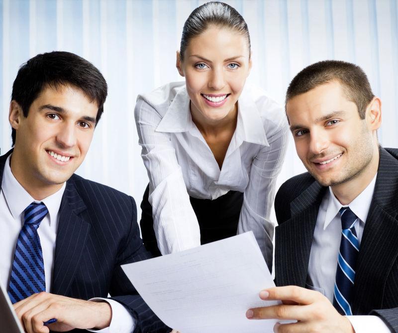 办公室工作的三位商人