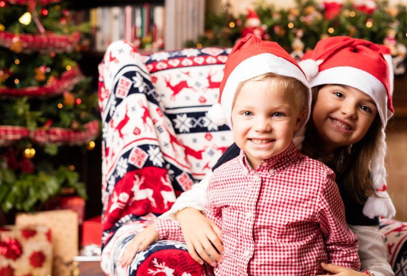 带着圣诞帽的孩子特写