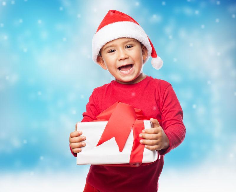 一个带着新礼物的快乐小男孩的肖像