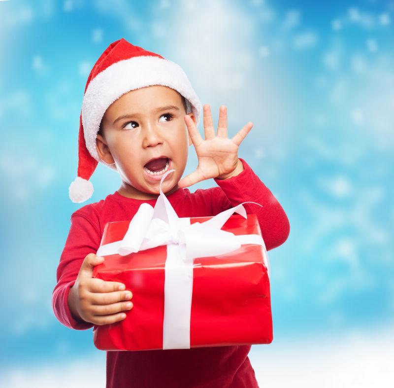 圣诞节抱着礼物圣诞老人形象的孩子