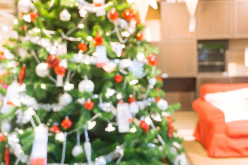 圣诞节装饰的房间和圣诞树