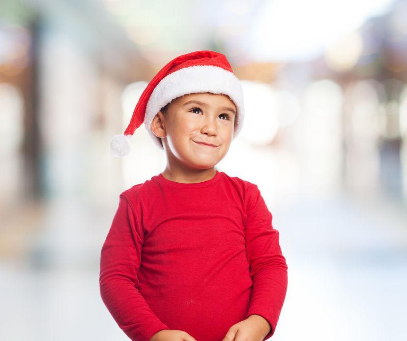 一个快乐的小男孩在等待圣诞前夜的画像
