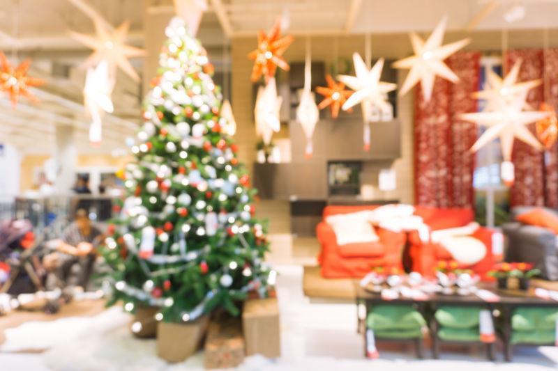 家中有圣诞树和圣诞装饰的房间