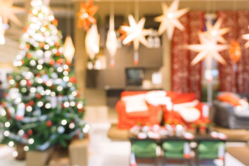 美丽的节日装饰圣诞树的房间远离焦点