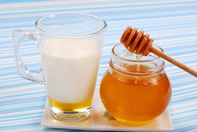 加蜂蜜的牛奶