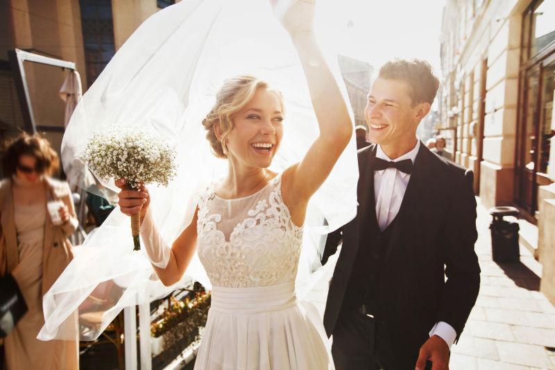 街道上穿婚纱的新娘和帅气的新郎