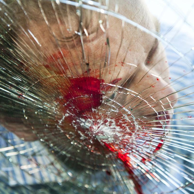 行人撞在汽车上血溅在破旧的挡风玻璃上