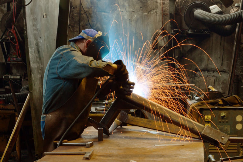 工作辛苦的焊接工人