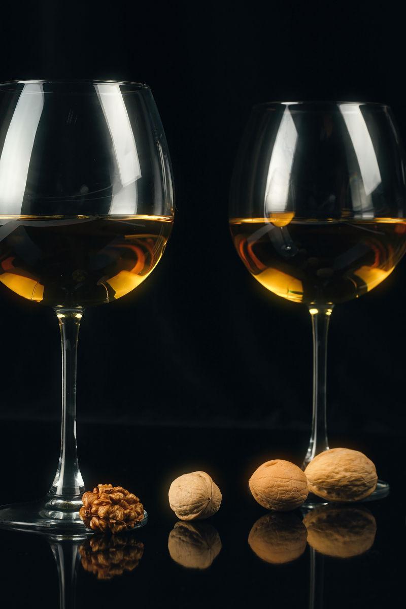 两杯酒与核桃