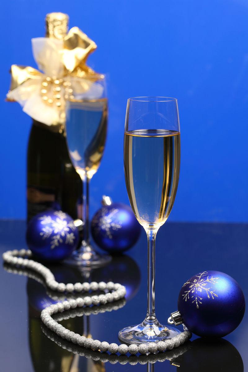 蓝色背景下的一杯酒