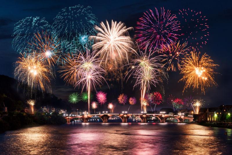 黑色天空里的庆祝新年的烟花