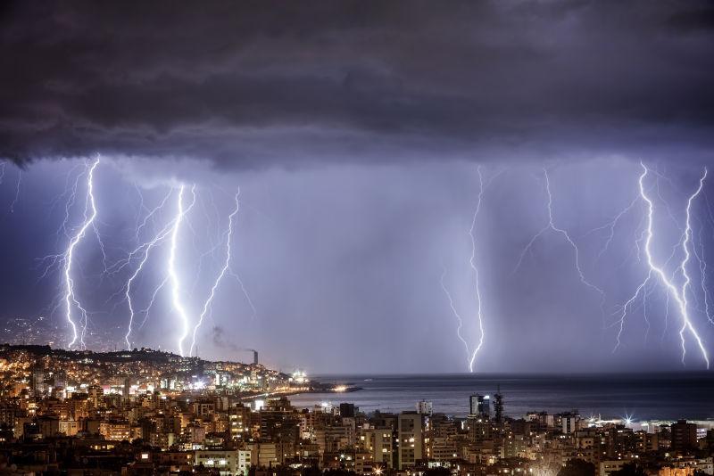 城市夜景天空上的闪电