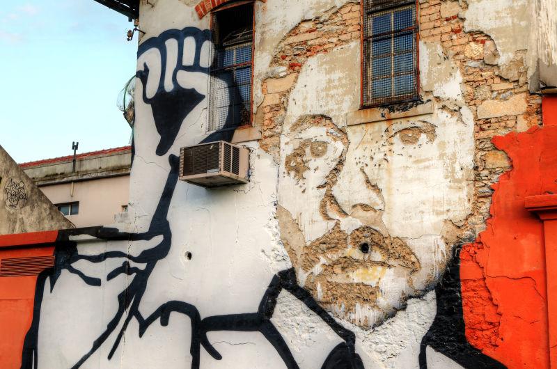 破碎的墙壁人物涂鸦