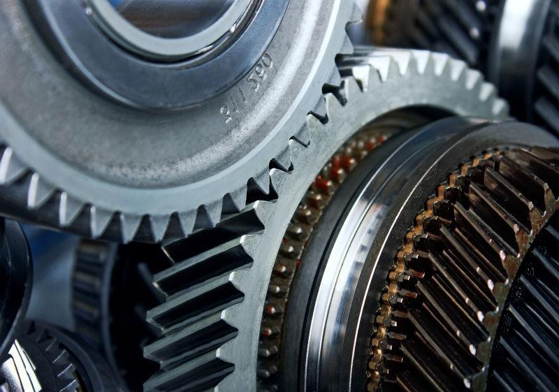两个工作中的金属齿轮