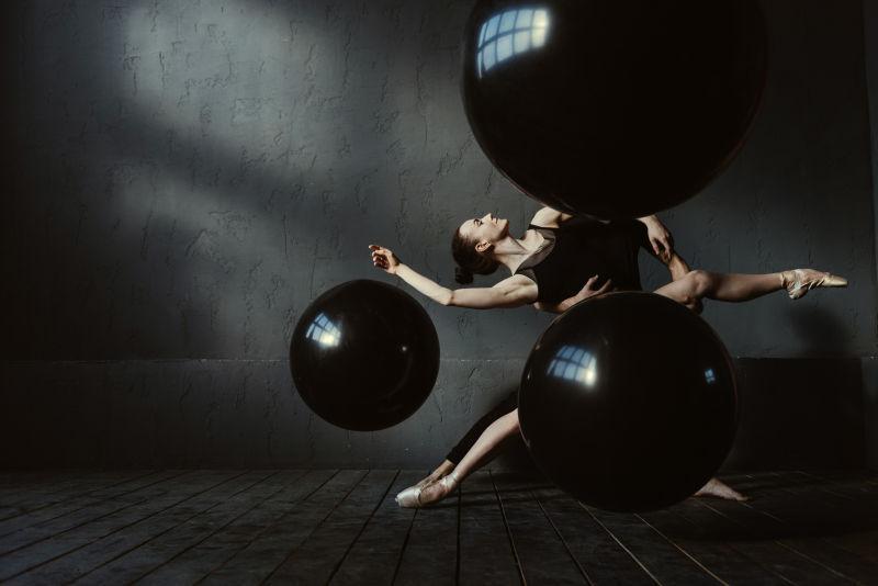 两个互相配合的芭蕾舞舞者