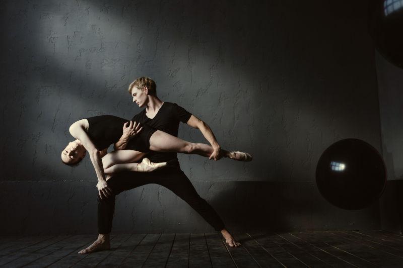 互相配合的芭蕾舞舞者