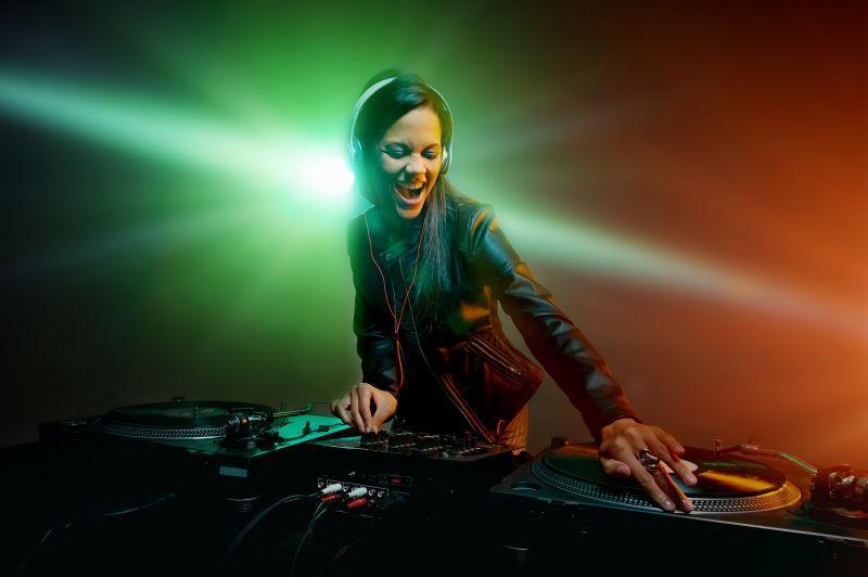 灯光下的女DJ