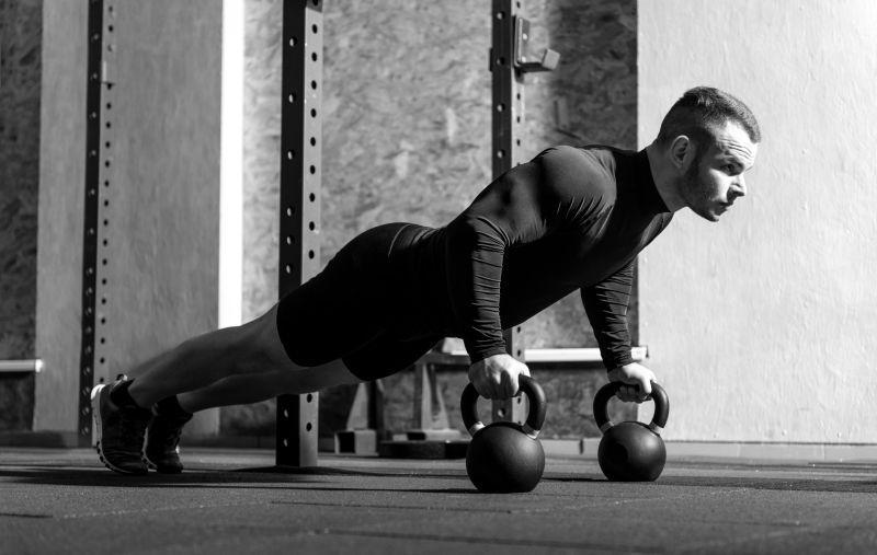 专业健美运动员在健身房锻炼