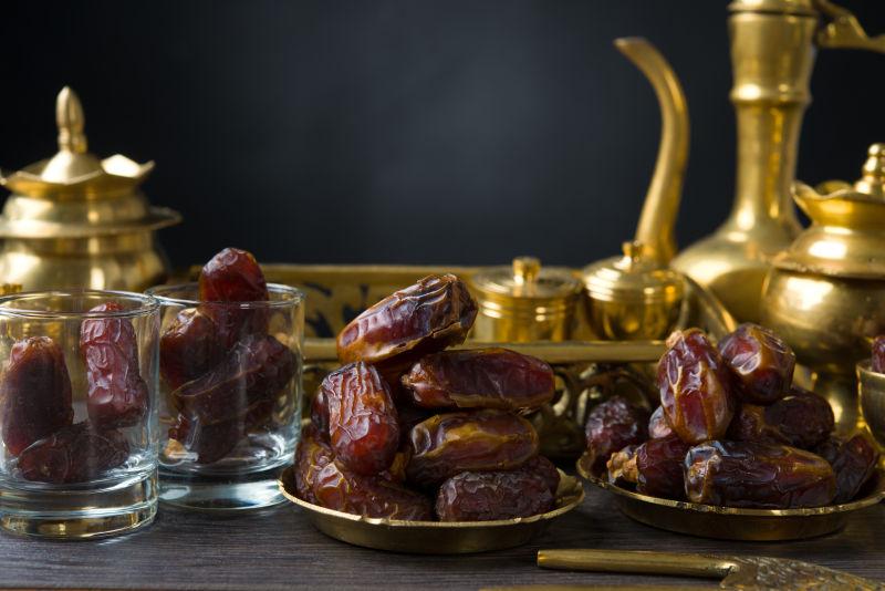 桌上的茶具与烘干的红枣