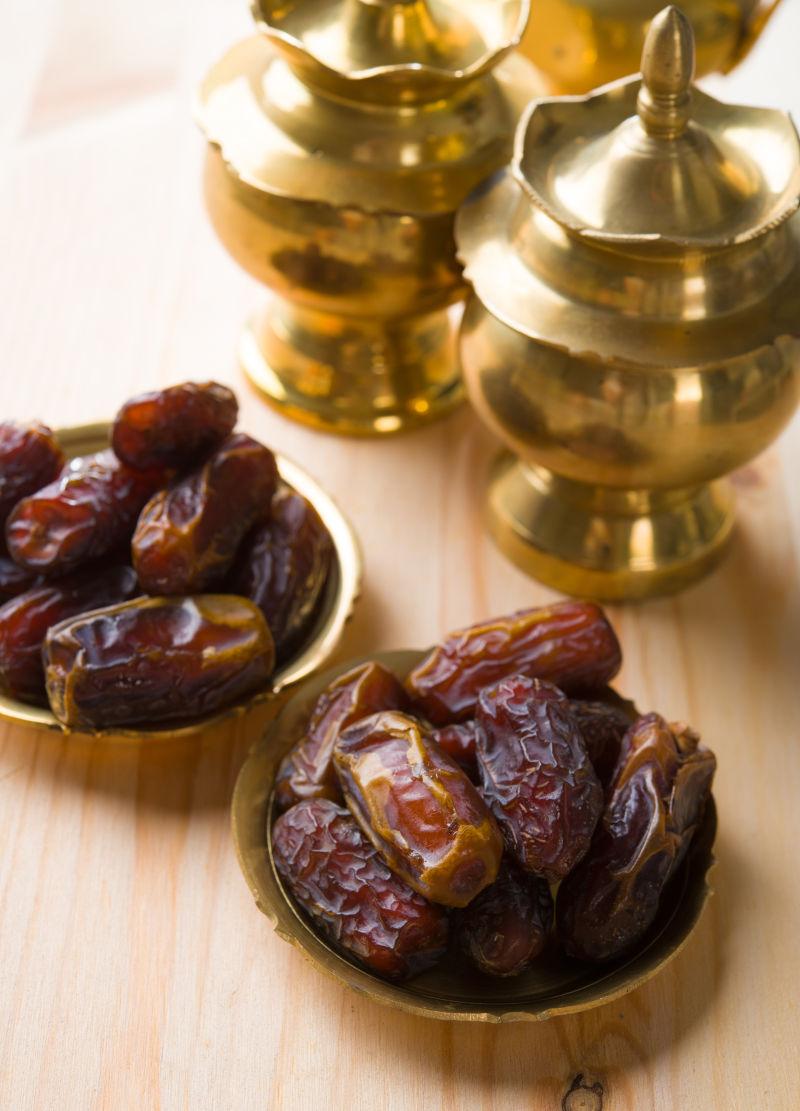 桌子上的金色茶壶和烘干的红枣