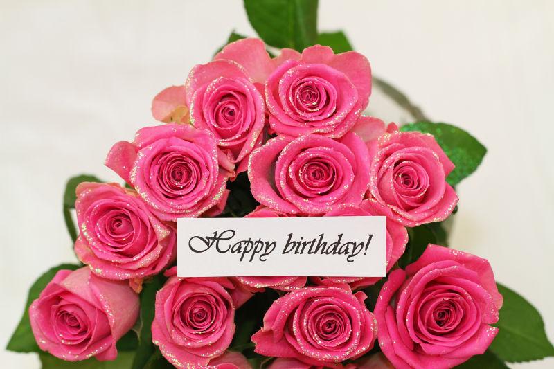生日快乐贺卡与粉红色玫瑰花花束