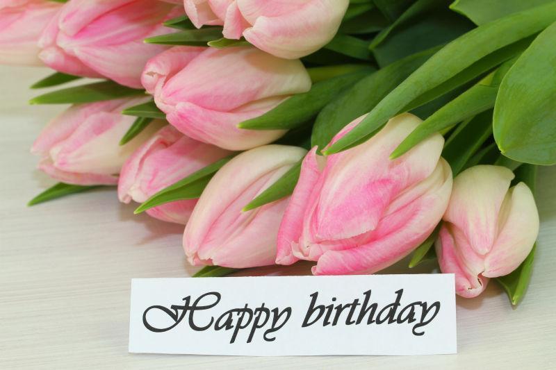 粉红郁金香花束与生日卡