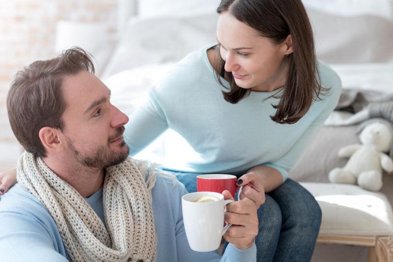 室内喝着咖啡的恩爱情侣