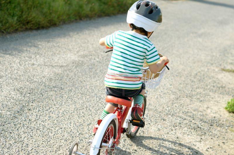 街道上骑着儿童自行车的小男孩