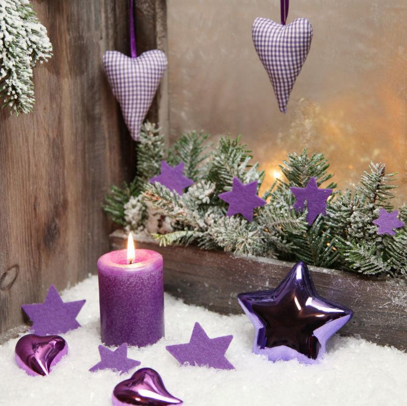 圣诞节紫色装饰品和蜡烛