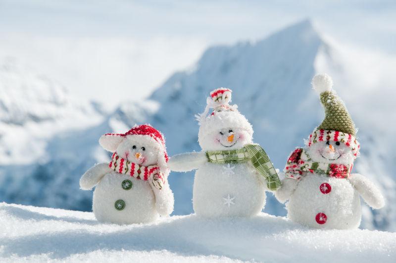 雪地里的三个可爱的小雪人