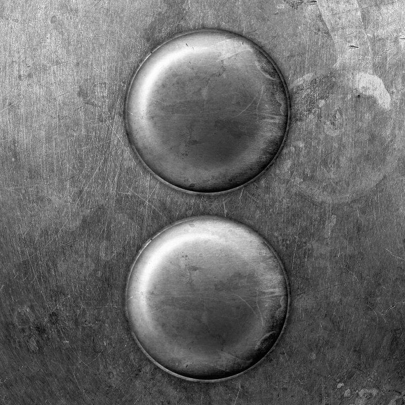 两个旧磨损的金属钮扣纹理