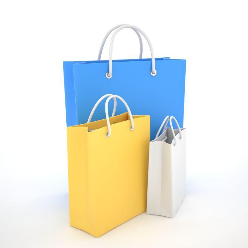 白色背景下的不同大小的彩色纸质购物袋