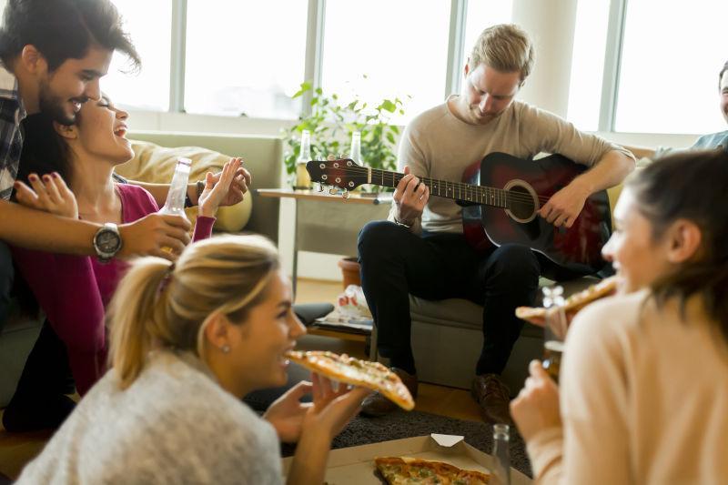 朋友们聚会吃披萨饼