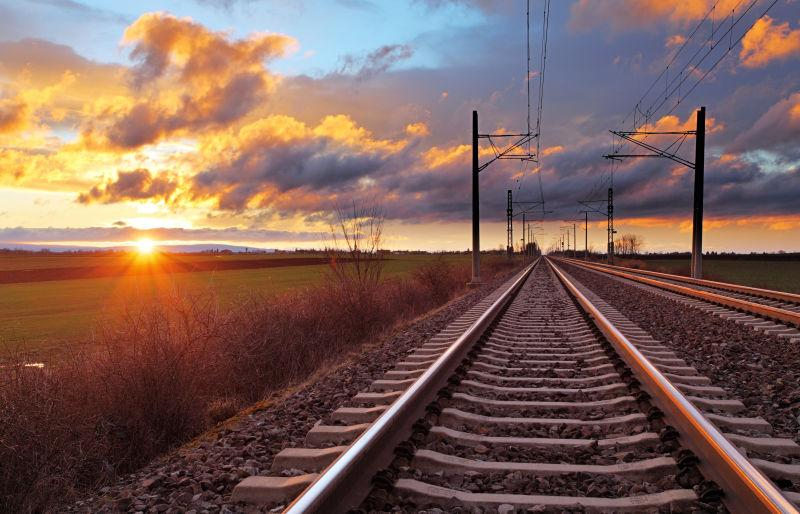 橙色夕阳下的铁轨
