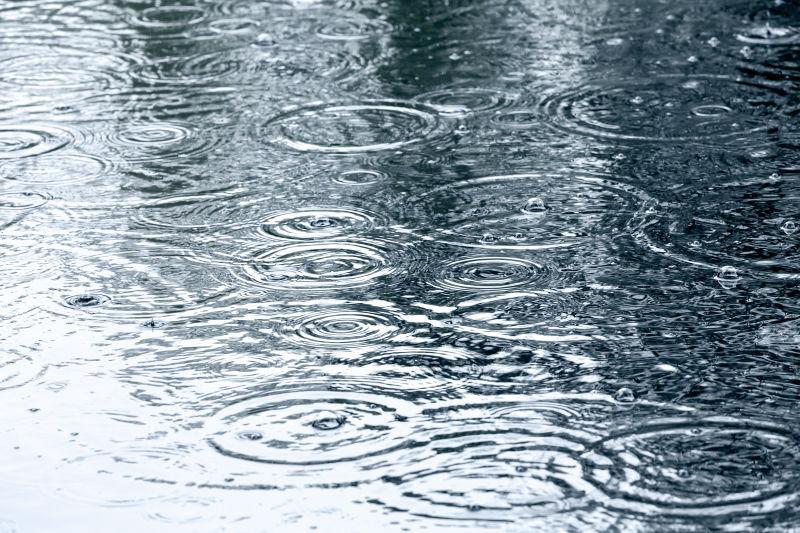 街道上积水上美丽的水花波纹