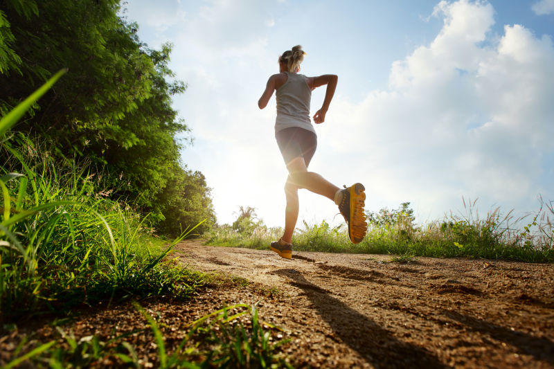 乡间路上奔跑的女子