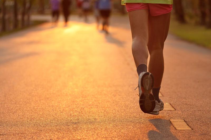 在傍晚跑步的人们
