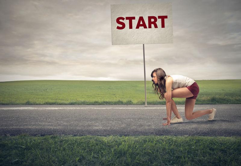 做跑步准备动作的女子