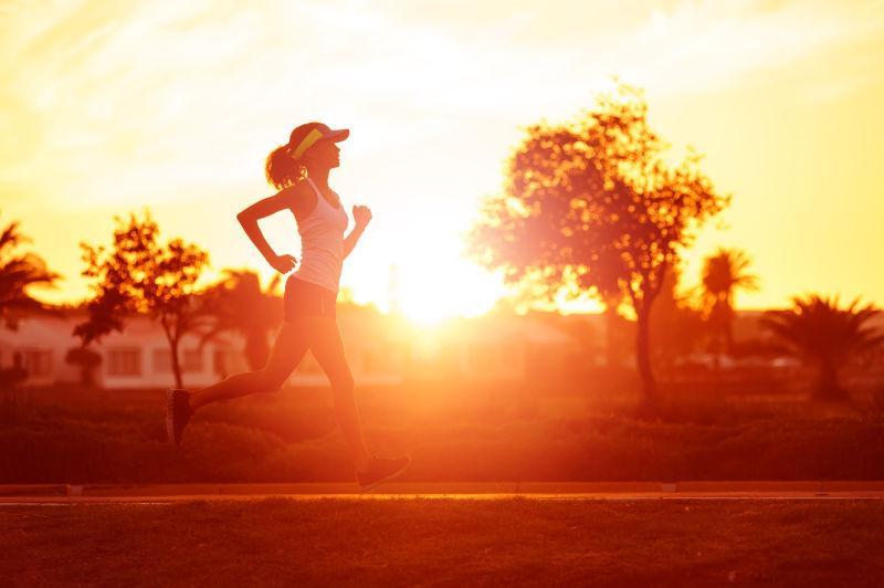 清晨跑步的女子