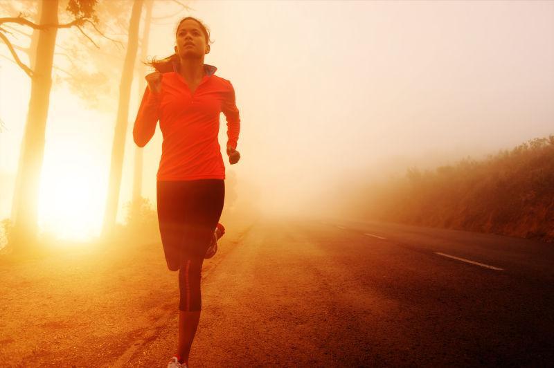 运动员晨跑途中跑马拉松训练
