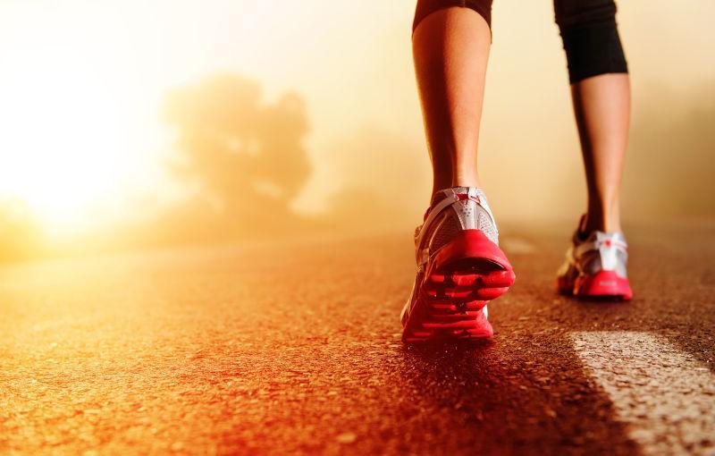 穿着运动鞋在跑步的女子