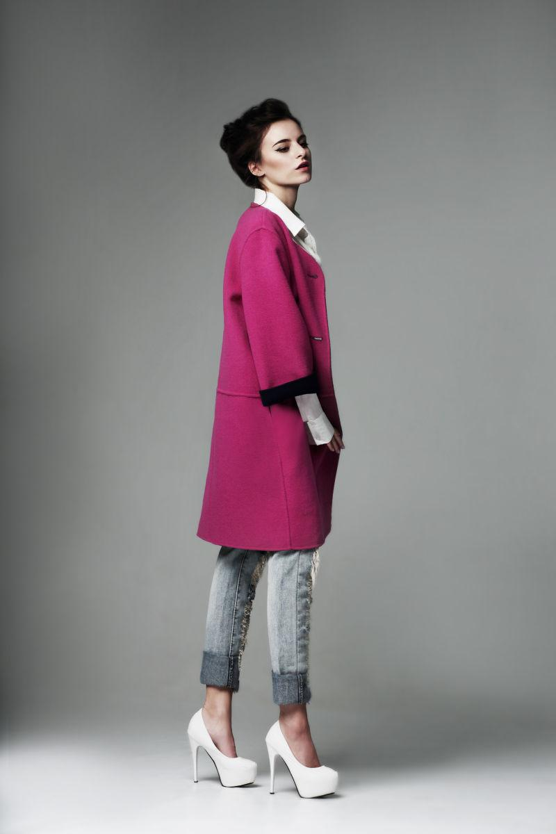 穿着深红色外套的女模特