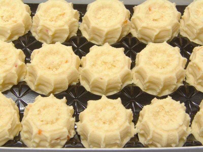黑色烤盘上整齐排列的淡黄色的甜点