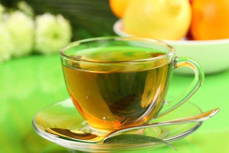 一碗茶水与勺子