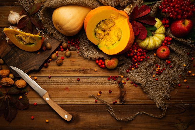 桌上的南瓜水果刀与水果