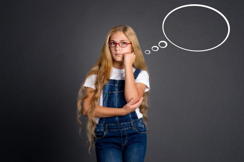 黑色背景中可爱的少女思考思维泡泡