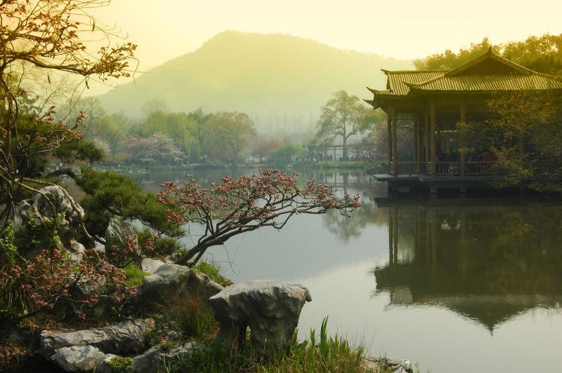 薄雾里的杭州西湖山水美景