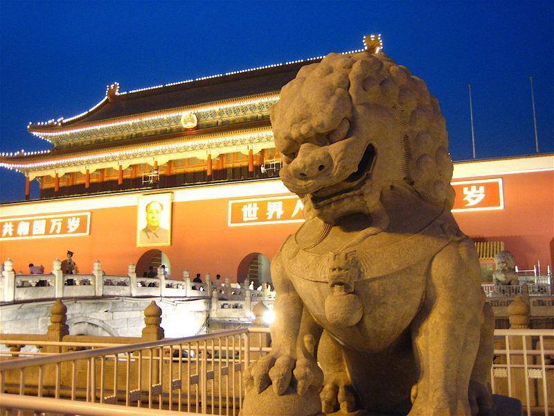 夜幕下宏伟的天安门广场